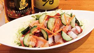 奄美大島黒糖焼酎と、沖縄泡盛[Serving kokuto shochu from Amami Oshima Island and Okinawa awamori]
