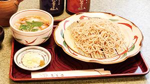希少な豚肉を、そばと一緒に味わえる [Specially raised pork served with soba]